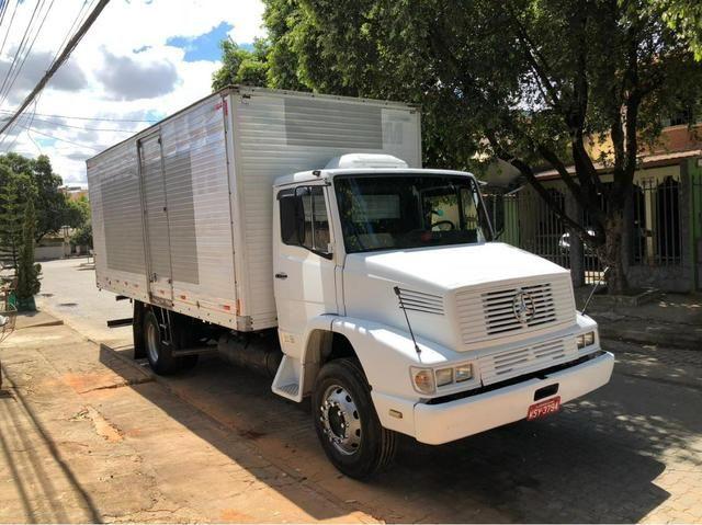 Caminhão baú com serviço agregado