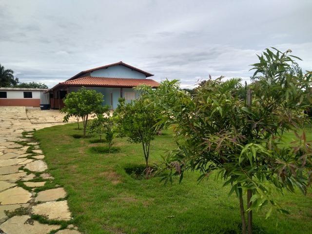 Allmeida vende bela casa com três quartos no Condomínio Mansões Entre Lagos - Foto 4