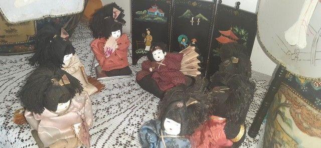 sete bonecas antigas japonesas com biombo e  leques - Foto 4
