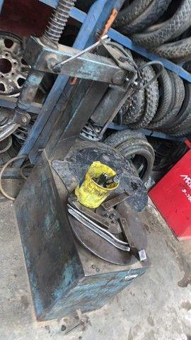 Desmontadora de pneu pistão na vertical 3 garras - Foto 3