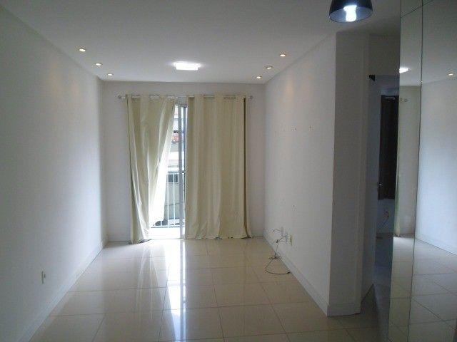 2/4 serviço e varanda, porcelanato, armários e ar condicionado