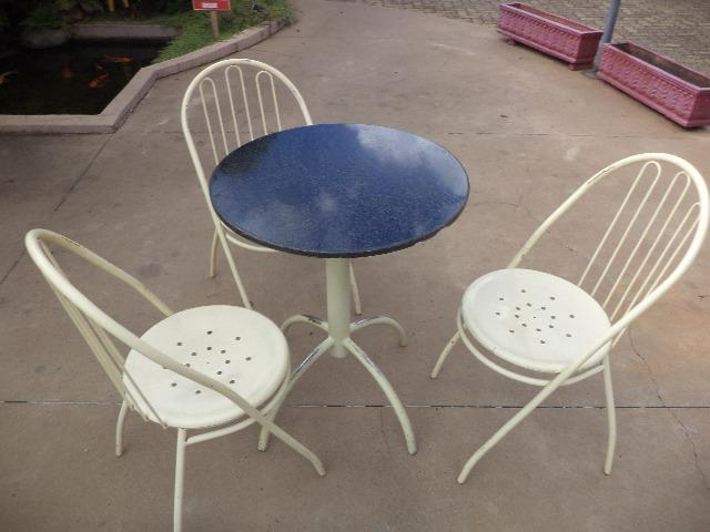 Mesa de ferro e 3 cadeiras de ferro