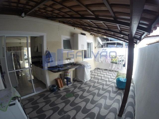JG. Linda casa com quintal no condomínio Geribá: com lazer, perto da praia e
