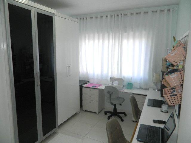 Capoeiras 2 dormitórios com muito espaço , suíte e sacada com garagem - Foto 9