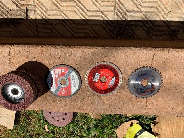 Esmerilhadeira Skull 220v + lixas e discos de corte - Foto 5