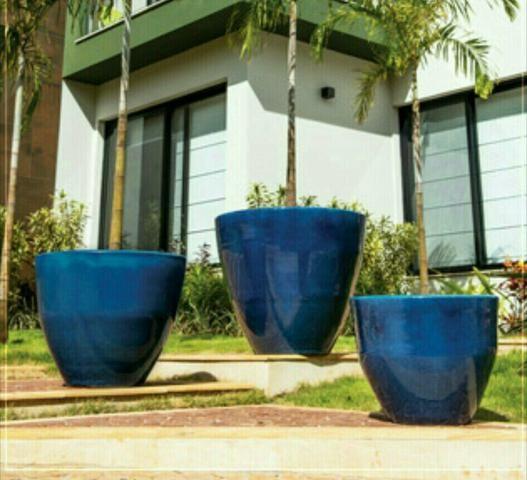 Vários modelos e cores de vasos cerâmicos esmaltados estilo vietnamita