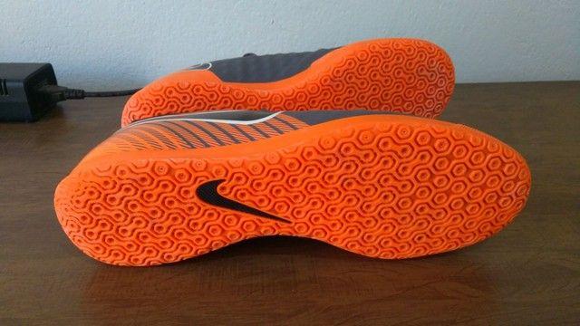 Chuteira Nike futsal magistaX e chinelo Kenner NK5 AMP masculino - Foto 4