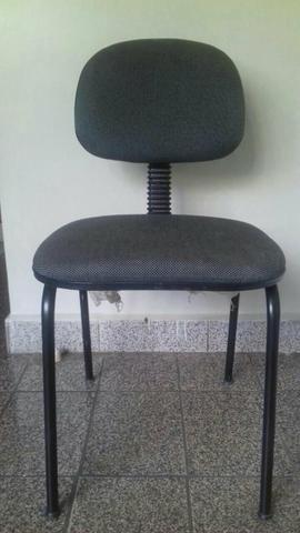 Quatro cadeiras de escritório seminovas