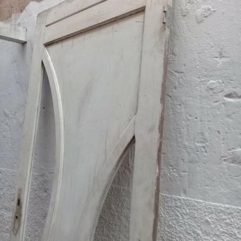 Porta de madeira de frente de rua