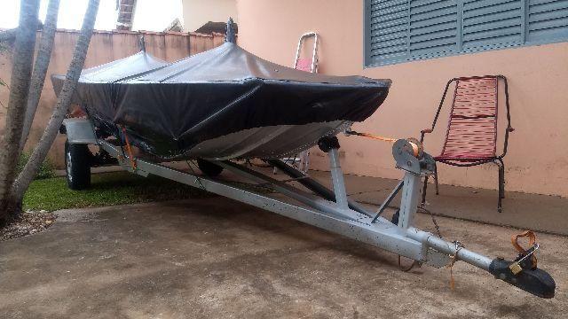 Canoa, motor e carretinha