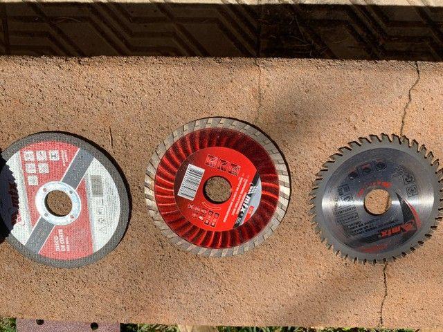 Esmerilhadeira Skull 220v + lixas e discos de corte - Foto 4