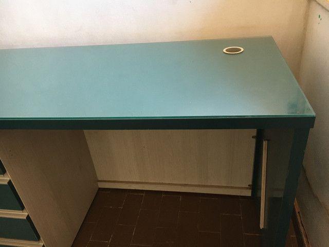 Escrivaninha com tampão de vidro semi-nova - Foto 3