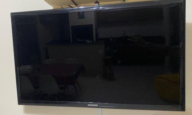 """TV Samsung 40"""" + Suporte de parede móvel (Usada - Sem pezinhos)"""