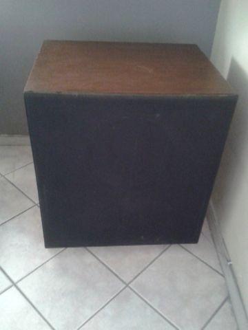 Duas caixas de som acústicas e artesanais