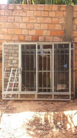Vende-se janelas grandes com grades e pedras