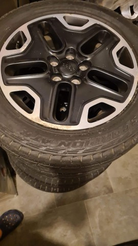 [VENDO] Jogo de rodas Trailhawk 17 + Pneus Pirelli Scorpion ATR meia-vida 397018576558866