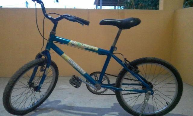 Bicicleta (o silinho está um pouco rasgado mais o resto está muito bom )