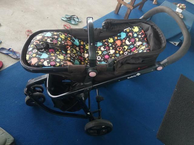 Carrinho Safety com bebê conforto