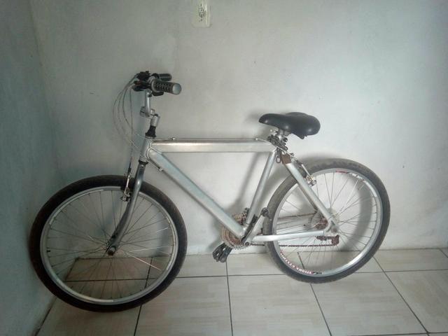 Uma bicicleta toda clomada de alumínio