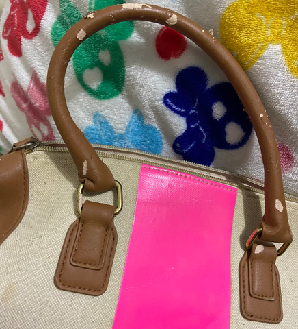 Bolsa victoria secrets original com detalhe em rosa, tem partes das alças descascadas - Foto 3