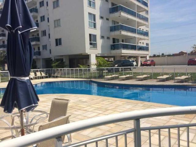 Apartamento de 03 quartos em condomínio com piscina.