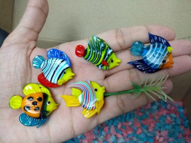 Cascalho pedrinhas para aquário + decoração com 5 peixinhos de vidro - 150g - Foto 3