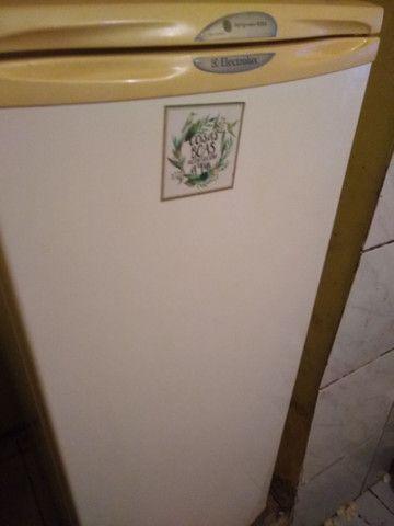 Vendo geladeira barata, precisa colocar gás. - Foto 2