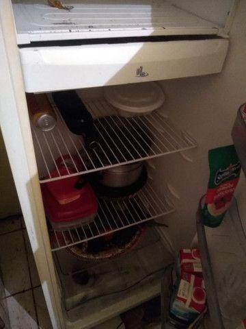 Vendo geladeira barata, precisa colocar gás. - Foto 3