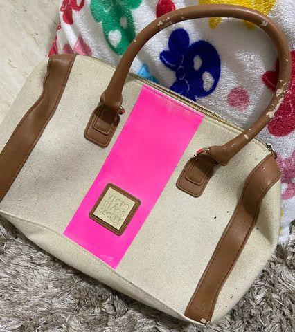 Bolsa victoria secrets original com detalhe em rosa, tem partes das alças descascadas - Foto 6