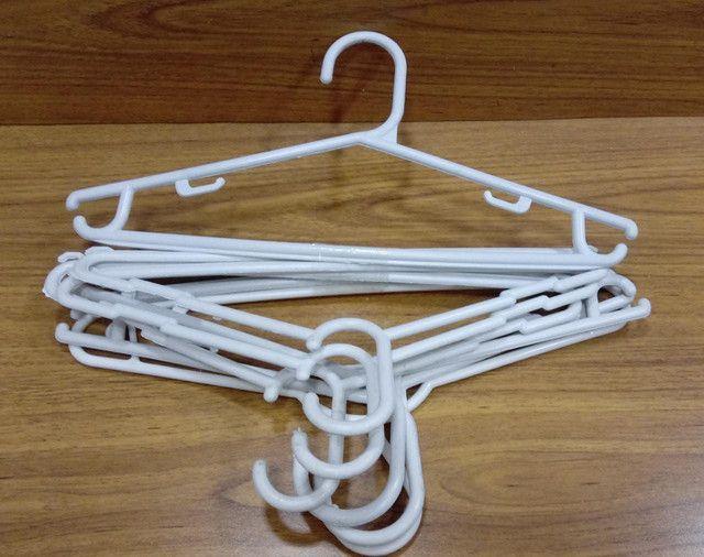 Cabides de plástico branco