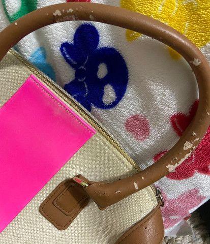 Bolsa victoria secrets original com detalhe em rosa, tem partes das alças descascadas - Foto 4