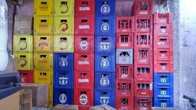 Vende-se Caixas De Cervejas, Vasilhames, Pvc, 600 Ml. e 1 litro