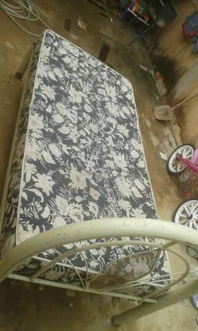 Vendo cama de solteiro valor r$ 240 ou troco no guarda roupa