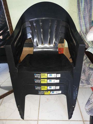 4 cadeiras de plástico