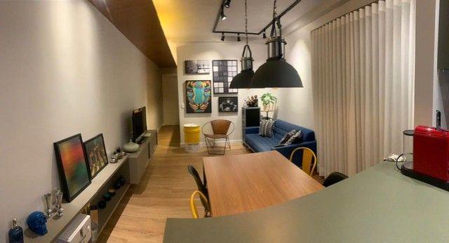 Apartamento Mobiliado e decorado. 2 dorm, 1 suíte. Lazer completo! Região Central - Foto 4