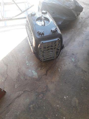Uma caixa de transporte para gatos