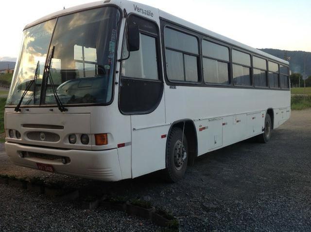 Ônibus Comil Versátile