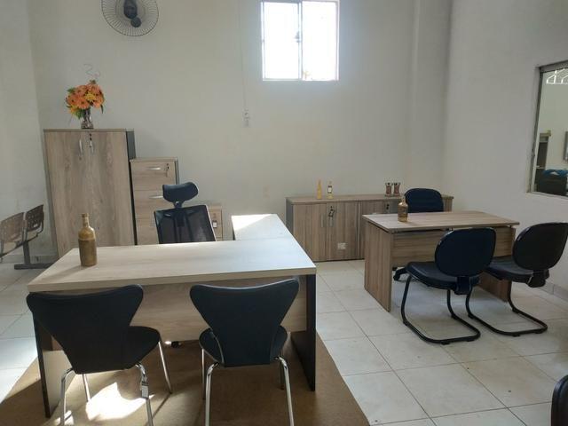 Mesas, armários, cadeiras e estantes