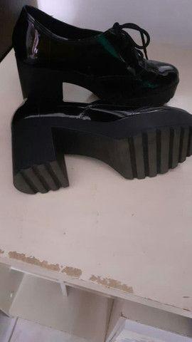 Sapato de verniz da moleca - Foto 3