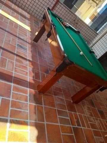 Mesa Tentação Quatro Pés Cor Imbuia Tecido Verde Mod. FEEY6306