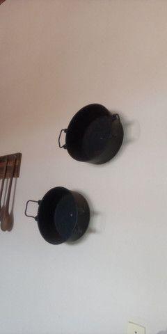 Duas panelad de ferro para colocar na parede