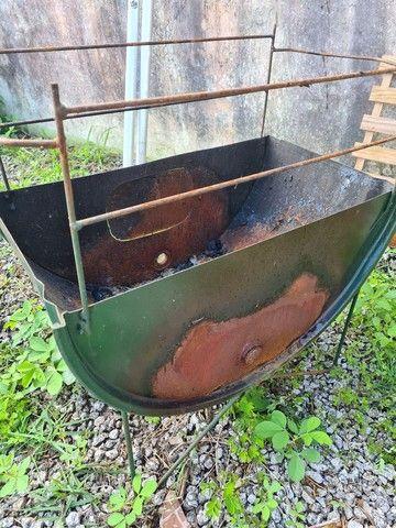 Churrasqueira latão a carvão.
