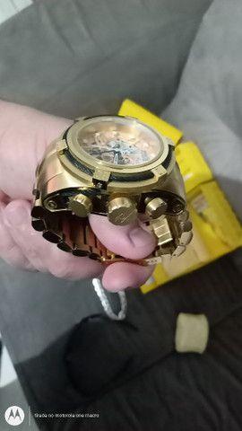Relógios , corrente Prata e óculos da Oakley .