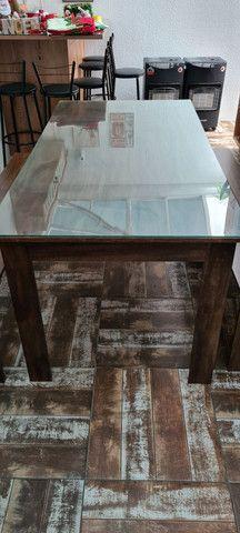 Jogo Mesa Usada com 2 bancos e tampo de vidro comporta de 6 a 8 pessoas - Foto 3