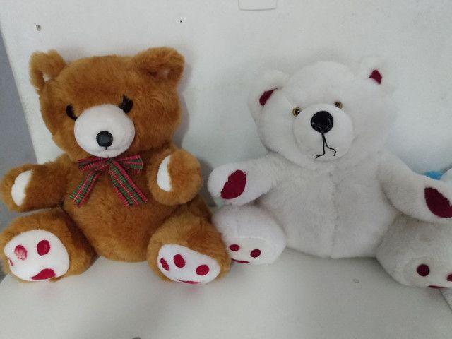 Dois ursos de pelúcia grandes,.
