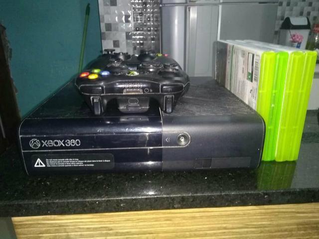 Vende se um Xbox 360 com Disco Rigido de 550 Gigas , 2 Controles e 4 Jogos