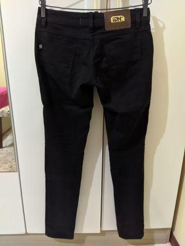 Calça jeans preta tam 36 - Foto 2