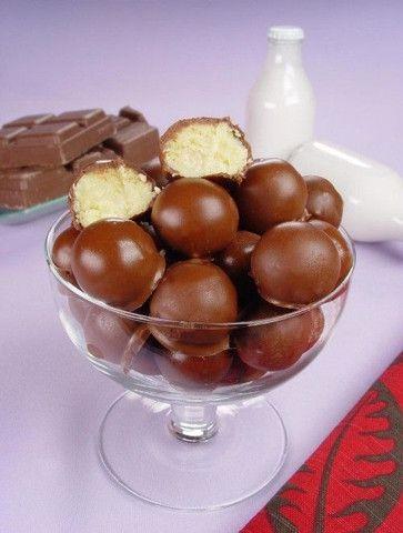 Bombons, caixa de bombons com flores, fundue de chocolate com frutas