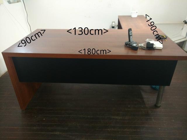 Mesa e aparador para escritório feitos sob medida