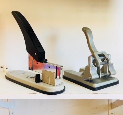 Carimbos, grampeador, furador de papel